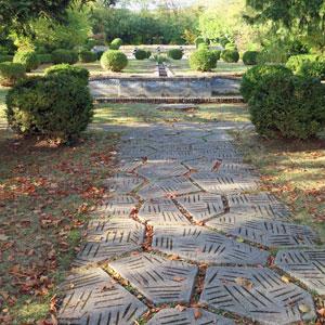 bassin mosaique dans jardin art déco